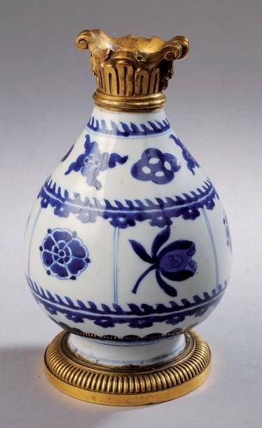 Vase piriforme en porcelaine blanc et bleu...