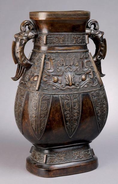Vase à panse applatie à deux anses en bronze...