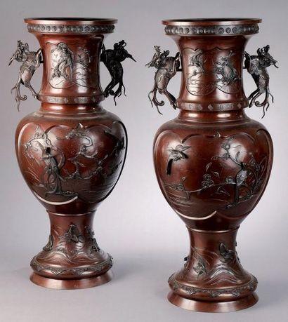 Importante paire de vases en bronze à patine...
