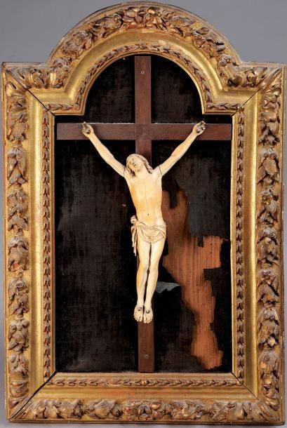 Christ en ivoire dans un cadre en tilleul...