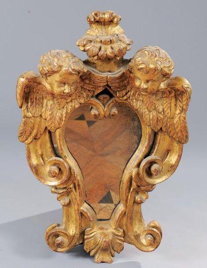 Glace contournée en bois sculpté et doré...