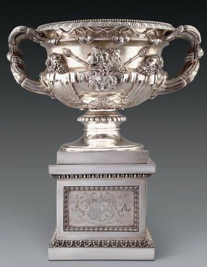 Important vase balustre dit «de Warwick» à deux anses en argent fondu et ciselé...
