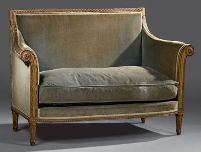 Petit canapé en bois sculpté et doré à décor d'une frise de feuilles d'acanthe sur...