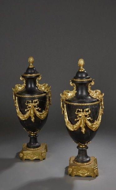 Paire de vases balustre couverts en marbre...