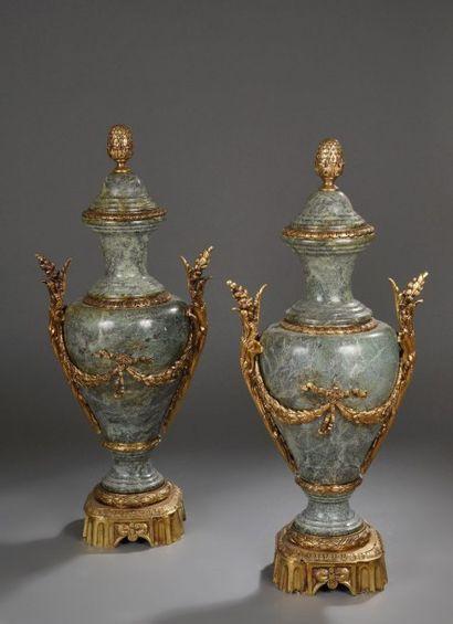 Paire de vases balustre en marbre vert et...