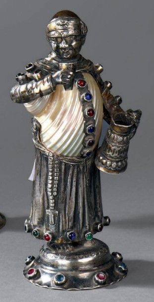 Statuette en argent figurant un moine, posant...