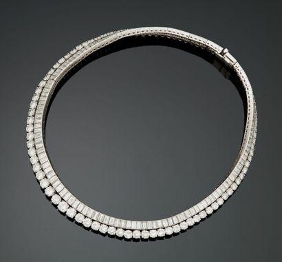 Important collier plastron semi-rigide en or blanc 18K (750°/00) et platine (950°/00),...