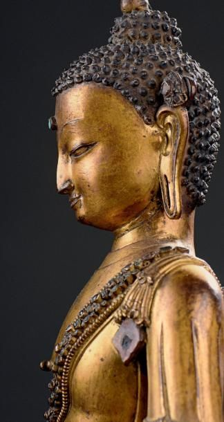 TIBET - XVIE SIÈCLE Statuette du bouddha Akshobya en bronze doré, assis en vajrasana...