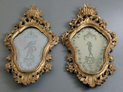 Paire de grands miroirs en bois doré et verre...