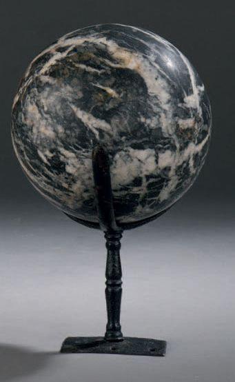 Boule en marbre Grand Antique. XVIIe ou XVIIIe...