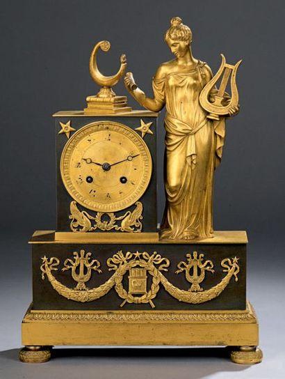 Pendule en bronze patiné et doré représentant...