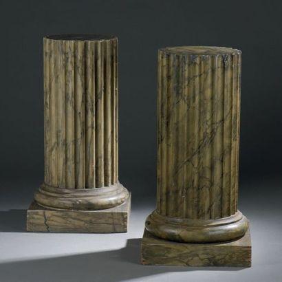 Paire de petites colonnes en plâtre peint...