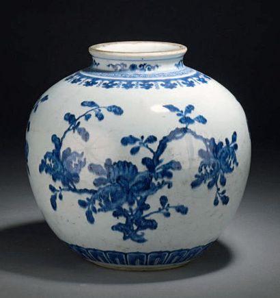CHINE - XVIIIe siècle Vase de forme boule en porcelaine décorée en bleu sous couverte...