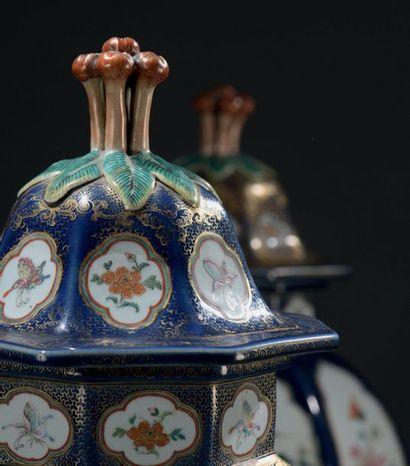 CHINE - XIXe siècle Deux importantes potiches pouvant former paire de forme balustre...