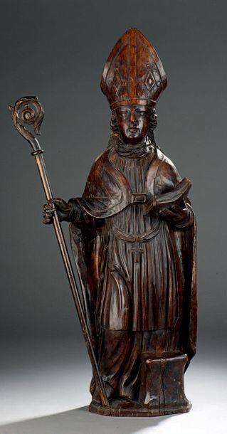 Figure d'évêque en noyer sculpté, tenant...