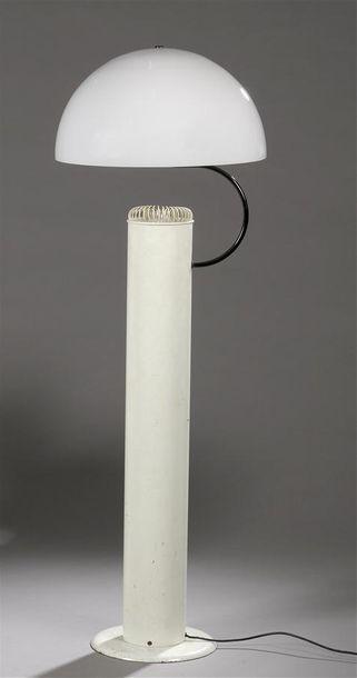 TRAVAIL ITALIEN 1970 Lampadaire à une lumière à fût tubulaire en métal laqué blanc...