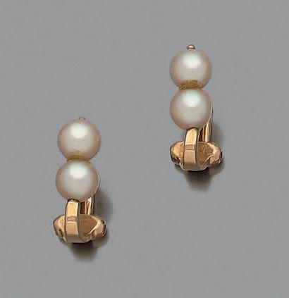 Paire de clips d'oreilles en or jaune 18K (750°/00) ornée pour chacune de deux perles...