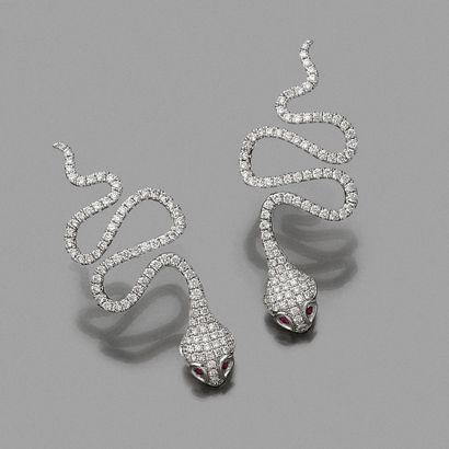 • Fine paire de BOUCLES d'OREILLES « serpents...