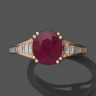 • BAGUE en or rose (750‰) serti d'un rubis...