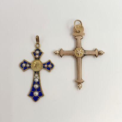 • Deux PENDENTIFS « croix » en or jaune (750‰)...