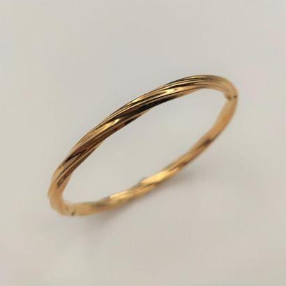 •BRACELET rigide ouvrant en or jaune (750‰)...
