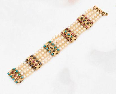•BRACELET composé de quatre rangs de perles...