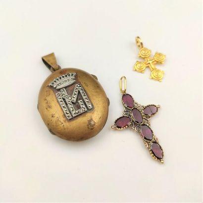 •Deux PENDENTIFS «croix» en or jaune et or...