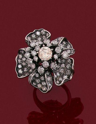 •Importante BAGUE «fleur» en or noirci (750‰)...