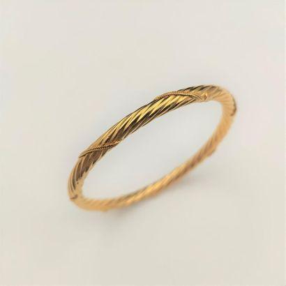 •BRACELET jonc rigide en or jaune (750‰)...
