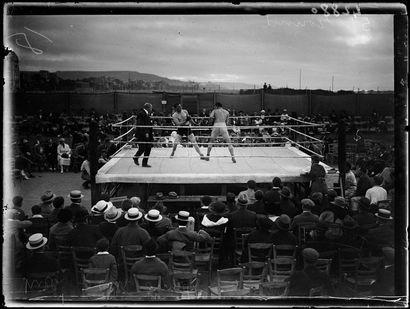 Réunion de boxe à Deauville - 1920 © Collections...