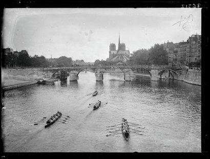 La traversée de Paris en aviron - 1920 ©...