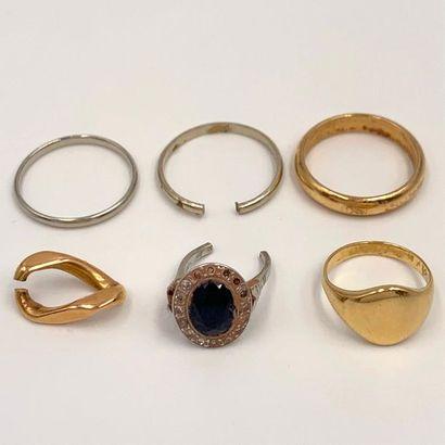 LOT en or jaune et or gris (750‰) comprenant...