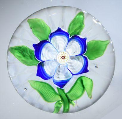 Baccarat.Presse-papiers orné d'une anémone blanche et bleue, à six pétales ogivaux...