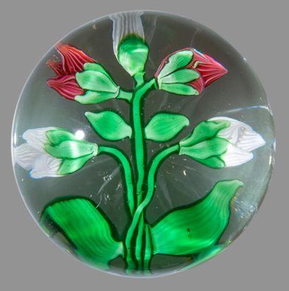 Baccarat. Presse-papiers orné de cinq boutons de clématites (3 blancs et 2 roses)....