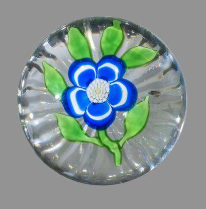 Baccarat. Presse-papiers orné d'une primevère bleue et blanche à cinq pétales godronnés,...
