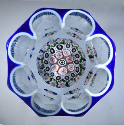 Grenelle.Presse-papiers overlay bleu doublé sur émail blanc, taillé à huit pontils,...