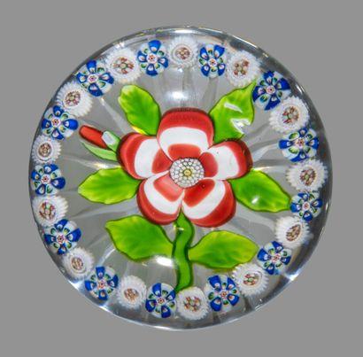 Baccarat. Presse-papiers orné d'une primevère rose et blanche à cinq pétales godronnés,...