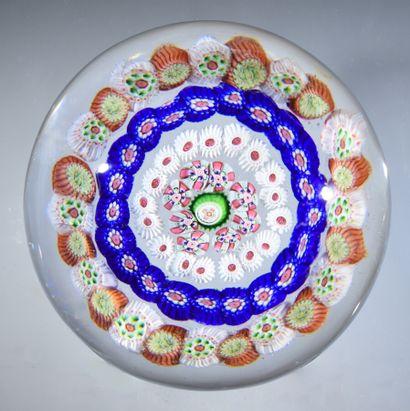 Baccarat.Presse-papiers à motif de quatre cercles concentriques de bonbons polychromes...