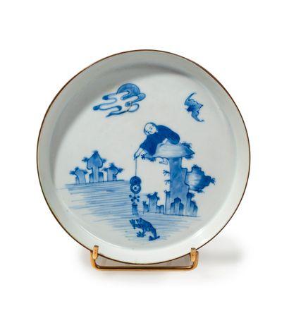Coupe en porcelaine décorée en bleu sous...