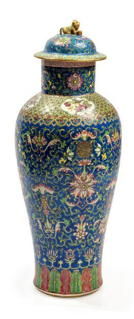 CHINE Vase couvert meiping en porcelaine de la famille rose A décor de fleurs stylisées,...