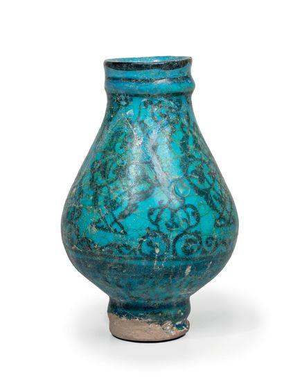 Petit vase persan Pâte siliceuse à décor peint en noir sous glaçure turquoise transparente...