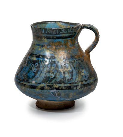 Pichet Pâte siliceuse peinte en noir sous glaçure cobalt transparente Iran, Fin...
