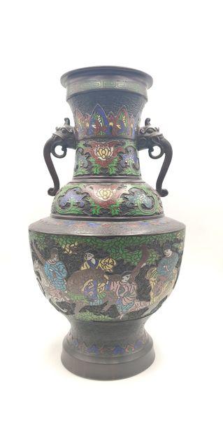 Paire de vases en bronze et émaux polychromes...