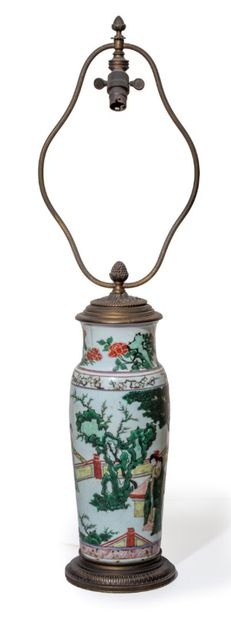 CHINE - XIXe siècle Vase conique en porcelaine à décor en émaux polychromes dans...