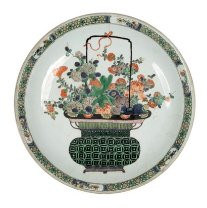CHINE - EPOQUE KANGXI (1662 - 1722) Plat en porcelaine à décor en émaux polychromes...