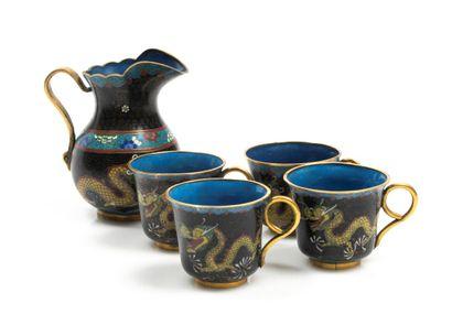 Ensemble d'un petit pichet, quatre tasses...