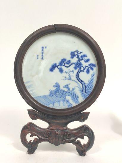 Assiette en porcelaine décorée en bleu sous...