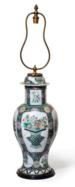 CHINE - XIXe siècle Potiche en porcelaine à décor en émaux dans le style de la famille...