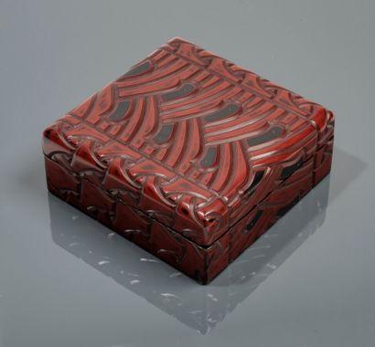 Boîte en laque rouge et noire, à motifs géométriques...