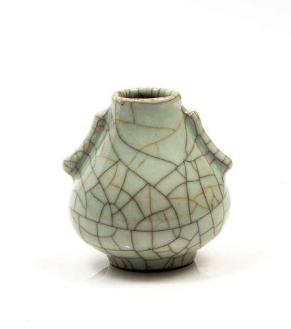 Petit vase en céramique céladon craquelée....